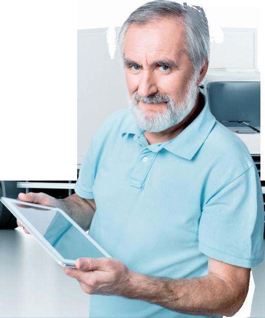 Senhor emitindo documento de transporte no tablet